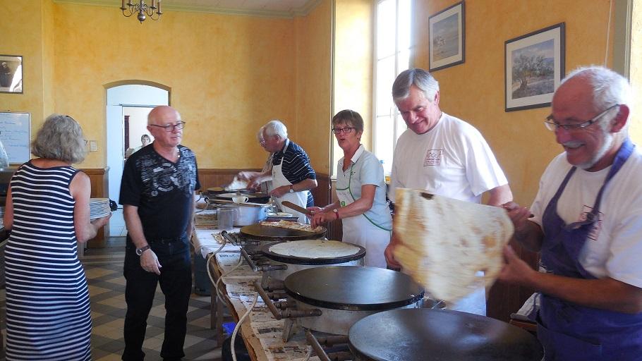 Les bénévoles du coin café crêpes pardon de Saint-Michel (7)